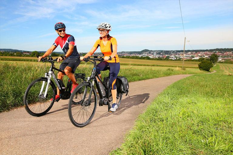 Pärchen fährt auf Fahrradweg Fahrrad