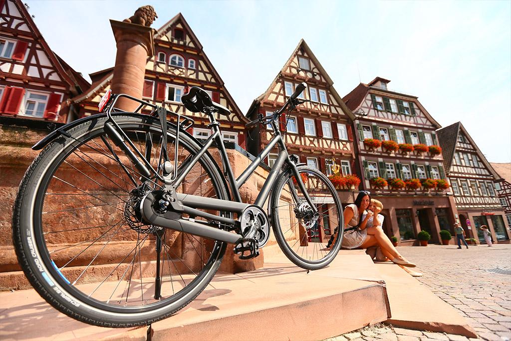 Fahrrad vor Häusern