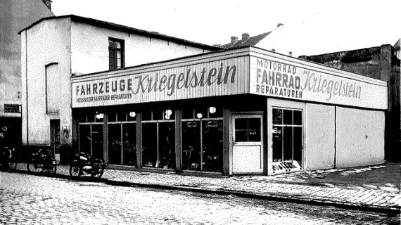 schwarz weiß Bild mit Gebäude